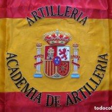 Militaria: EXCEPCIONAL BANDERA BORDADA DE LA ACADEMIA DE ARTILLERIA DE SEGOVIA. 65 CM X 65 CM.. Lote 157990514
