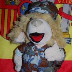 Militaria: MUÑECO PELUCHE VESTIDO DE TRAJE DE CAMPAÑA CON PETATE. Lote 165084366