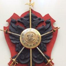 Militaria: ANTIGUA METOPA O PANOPLIA DE MADERA. ÁGUILA BICÉFALA ESCUDO DE TOLEDO CON ESPADAS. Lote 174068303