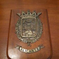 Militaria: METOPA DE ALICANTE EN BRONCE. Lote 183620768