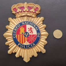 Militaria: GRAN EMBLEMA ESCUDO CUERPO NACIONAL DE POLICÍA CREO REALIZADO EN CALAMITA. Lote 184586972