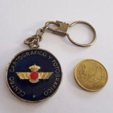 Militaria: LLAVERO CENTRO CARTOGRÁFICO Y FOTOGRÁFICO. Lote 185704085