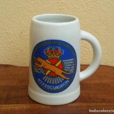 Militaria: JARRA MILITAR DE CERAMICA EJERCITO DEL AIRE, ESCUADRON 402.. Lote 206882116