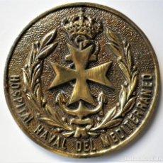 Militaria: PLACA DE LATÓN HOSPITAL NAVAL DEL MEDITERRANEO, PISAPAPELES. Lote 189076763