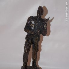 Militaria: ESCULTURA FIGURA DE RESINA FIRMADA SOLDADO EJERCITO TIERRA ESPAÑOL. Lote 189491330