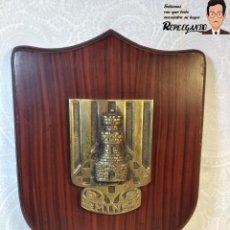 Militaria: METOPA MILITAR (REGIMIENTO INGENIERÍA Nº4) - 23X16 CM. (PLACA DE MADERA CON ESCUDO METAL) ESPAÑA. Lote 189750768