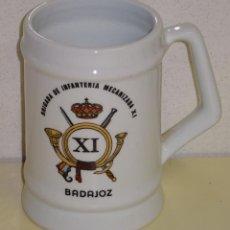 Militaria: JARRA MILITAR DE CERÁMICA. BRIGADA DE INFANTERIA MECANIZADA XI BADAJOZ. 13CM. 510GR. Lote 210137620