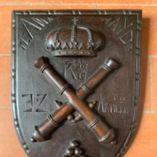 Militaria: MAGNIFICA PLACA TALLADA EN MADERA DE CAOBA, PLANA MAYOR 32 REGIMIENTO DE ARTILLERÍA 1 GRUPO. Lote 210365836