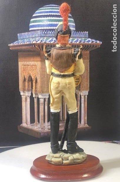 Militaria: BELLAMENTE DECORADA FIGURA MILITAR EN PASTA CERÁMICA, CORACERO EN DESCANSO, 17,5 cm. - Foto 4 - 218182495