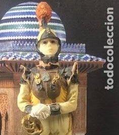 BELLAMENTE DECORADA FIGURA MILITAR EN PASTA CERÁMICA, CORACERO EN DESCANSO, 17,5 CM. (Militar - Reproducciones, Réplicas y Objetos Decorativos)