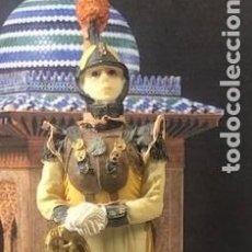 Militaria: BELLAMENTE DECORADA FIGURA MILITAR EN PASTA CERÁMICA, CORACERO EN DESCANSO, 17,5 CM.. Lote 218182495