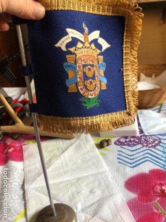 BONITA BANDEROLA DE MESA ANTIGUA, ORIGINAL (Militar - Reproducciones, Réplicas y Objetos Decorativos)
