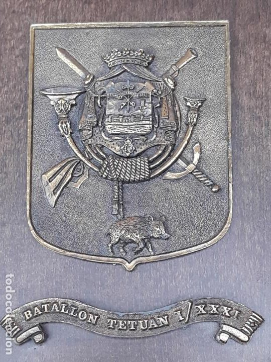 METOPA MILITAR EN BRONCE Y BASE EN MADERA - BATALLON TETUAN I / XXXI. (Militar - Reproducciones, Réplicas y Objetos Decorativos)
