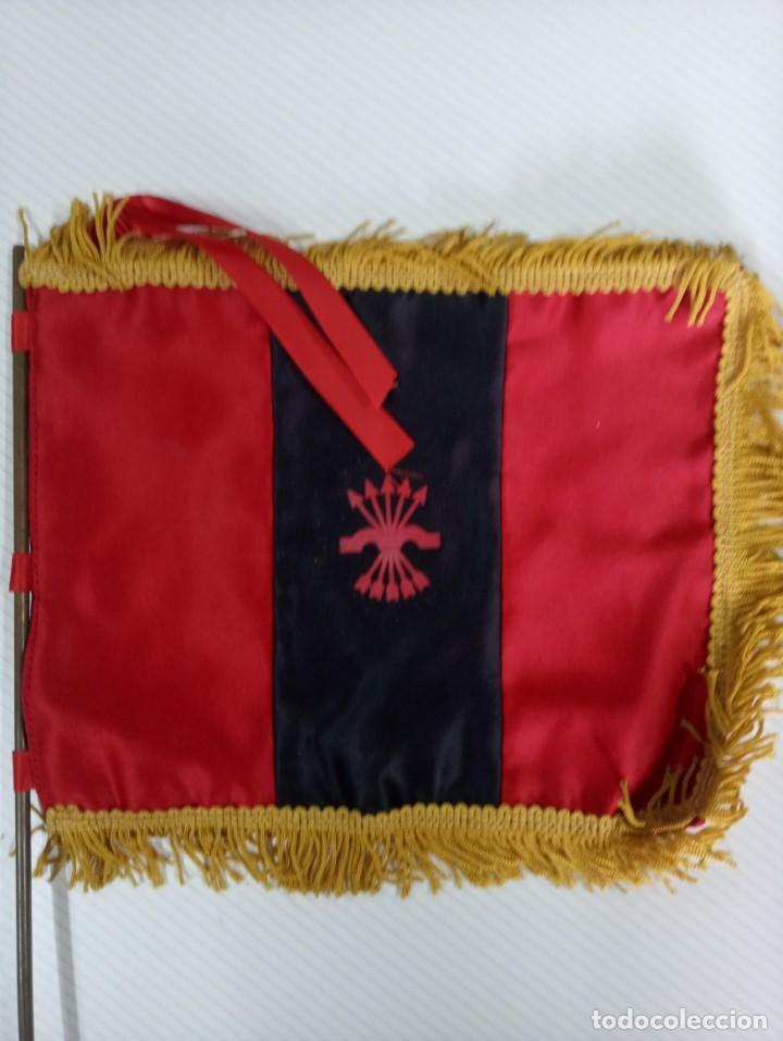 BANDERIN DE MESA CON MASTIL DE LA FALANGE. (Militar - Reproducciones, Réplicas y Objetos Decorativos)