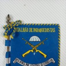 Militaria: BANDERIN DE MESA CON MASTIL DEL BATALLÓN DE PARACAIDISTA PORTUGUÉS. BATALHAO DE PARAQUEDISTAS. Lote 253439455