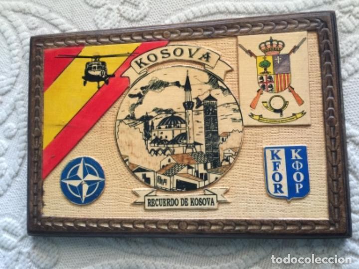 BONITO CUADRO EN MADERA , MISION MILITAR ESPAÑOLA EN KOSOVO , KFOR , OTAN (Militar - Reproducciones, Réplicas y Objetos Decorativos)