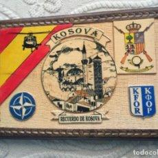 Militaria: BONITO CUADRO EN MADERA , MISION MILITAR ESPAÑOLA EN KOSOVO , KFOR , OTAN. Lote 260751490