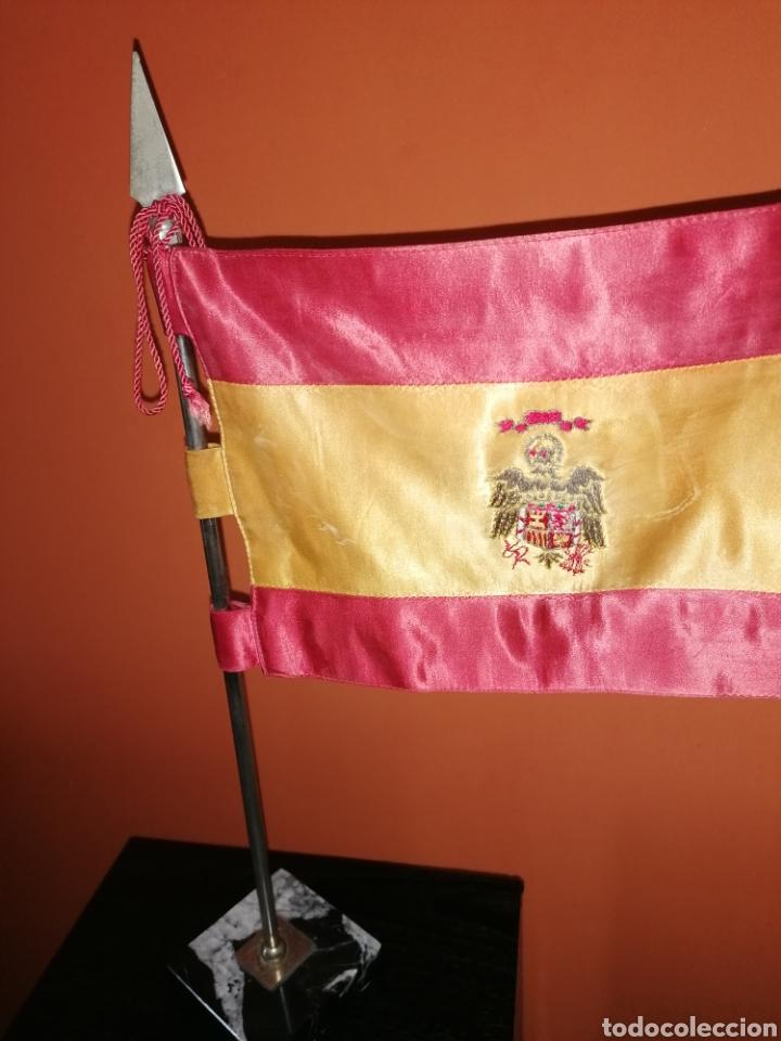 ANTIGUO ESTANDARTE DE SOBREMESA, BANDERA DE ESPAÑA ESCUDO FRANQUISTA (Militar - Reproducciones, Réplicas y Objetos Decorativos)