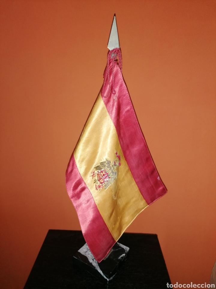 Militaria: Antiguo estandarte de sobremesa, bandera de España escudo franquista - Foto 2 - 268950034