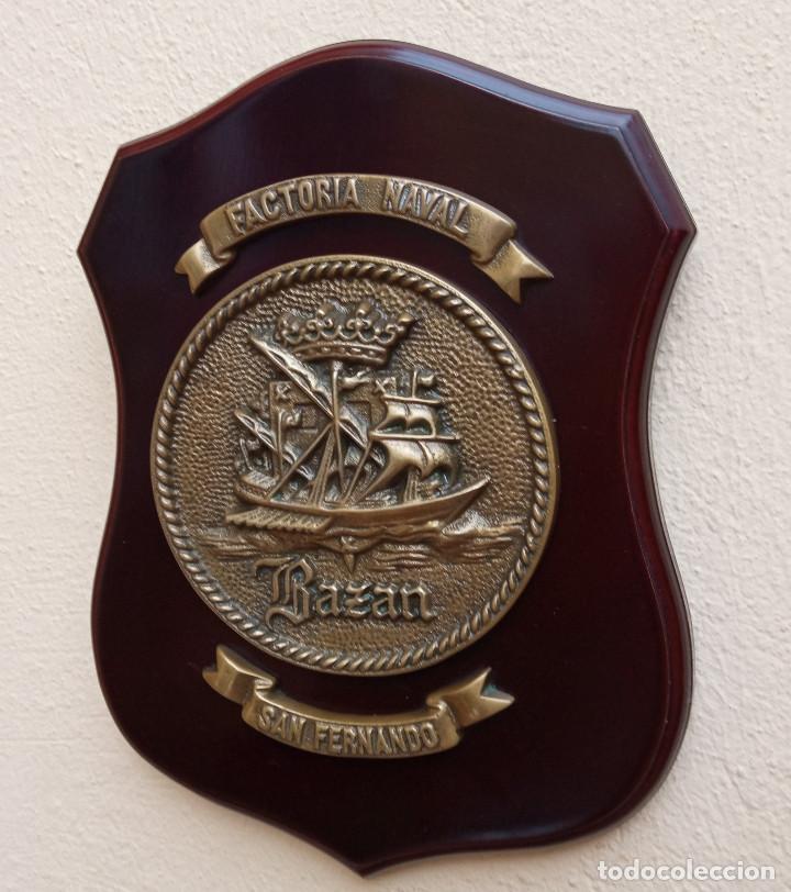 MAGNÍFICA METOPA FACTORIA NAVAL BAZÁN SAN FERNANDO, MADERA Y BRONCE, PERFECTO ESTADO. (Militar - Reproducciones, Réplicas y Objetos Decorativos)