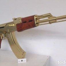 Militaria: DENIX - AK47, ACABADO DORADO, CULATA DE MADERA. ARTÍCULO NUEVO, NO DE SEGUNDA MANO.. Lote 277223143