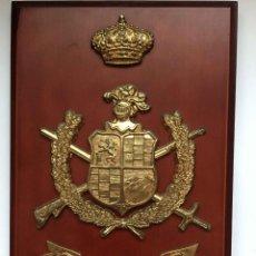 Militaria: METOPA MILITAR REGIMIENTO INFANTERÍA UAD RAS 55 (METAL, 1979) WAS-RAS 55. BASE MADERA ¡COLECCIONISTA. Lote 283336003