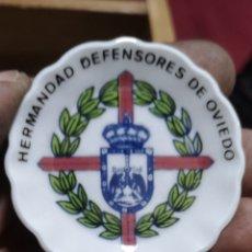 Militaria: ANTIGUO PLATITO DECORATIVO HERMANDAD DEFENSORES DE OVIEDO. Lote 286733863