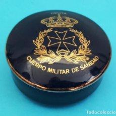 Militaria: BONITO CAJITA PORCELANA DECORADA ORO DE LEY, CUERPO MILITAR DE SANIDAD 7 CM DIAMETRO. Lote 288137668