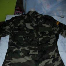 Militaria: CAMISA TALLA 1 DE CAMUFLAJE NUEVA DE TIENDA CON ESCUDO ESPAÑOL Y PREPARADA PARA GALONES. Lote 26371136
