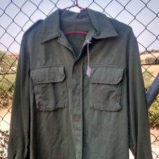 Militaria: CAMISOLA VERDE DE LOS AÑOS 80, 46 CM DE HOMBRO A HOMBRO. Lote 50421435