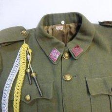 Militaria: CHAQUETA-GUERRERA DE UNIFORME DE SARGENTO ORIGINAL ÉPOCA DE FRANCO CON SUS INSIGNIAS Y COMPLEMENTOS. Lote 56804868