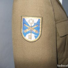 Militaria: UNIFORME DE CABO DE ARTILLERIA CHAQUETA Y PANTALÓN TALLA 44 CON GALONES,CINTURÓN,E INSIGNIAS. Lote 136673240