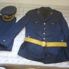 Militaria: ANTIGUO UNIFORME MILITAR COMANDANTE EJERCITO DEL AIRE EPOCA FRANCO CON GORRA CINTURON CHAQUETON. Lote 95225851