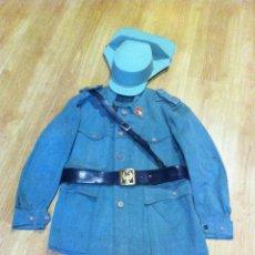 Militaria: GUARDIA CIVIL, GUERRERA DE SUBTENIENTE, CORREAJE Y TRICORNIO USO EN DESPOBLADO, REGLAMENTO DE 1943. Lote 115605463