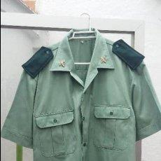 Militaria: GUARDIA CIVIL CAMISA MANGA CORTA CON PINS METÁLICOS Y HOMBRERA CASI NUEVA. Lote 126110011
