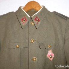 Militaria: ANTIGUA GUERRERA DE ARTILLERIA FRANQUISTA, ORIGINAL, REGLAMENTO 1943 DE FRANCO. CON SU PEPITO.. Lote 131992510