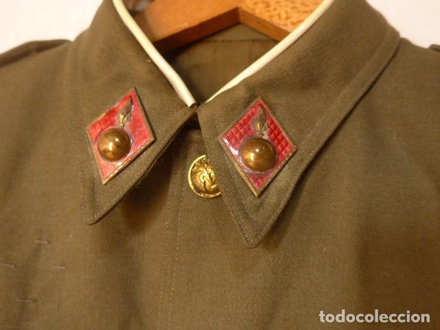 Militaria: Antigua guerrera de artilleria franquista, original, reglamento 1943 de Franco. Con su pepito. - Foto 4 - 131992510