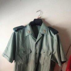 Militaria: GUARDIA CIVIL CAMISA CON PINS METÁLICOS HOMBRERAS ETC. Lote 146870666