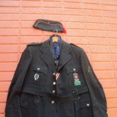 Militaria: CHAQUETA GUERRERA JERARCA PRIMERA LINEA FALANGE Y GORRILLO. Lote 177978383