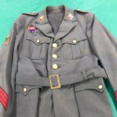 Militaria: GUERRERA POLICÍA ARMADA CON PLACA DE PECHO BANDERA MÓVIL. Lote 180896406