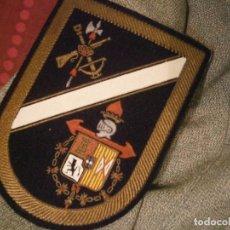Militaria: CAMISA CON ESCUDO Y BORDADOS,DE,,,,,,. Lote 196651346