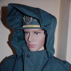 Militaria: CHAQUETON IMPERMEABLE 3/4 DE LA GUARDIA CIVIL GRADUACION SARGENTO PRIMERO+GORRA TERESIANA DE SUBOFIC. Lote 207015580