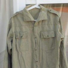 Militaria: CAMISA MILITAR ESPAÑOLA CAQUI, CLARO AÑOS 60-70 ALGODÓN. 50 CMS ENTRE HOMBROS. Lote 210339562