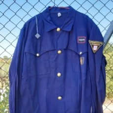 Militaria: CAMISOLA AZUL DE BOMBEROS DE BARCELONA, CON PARCHES, TALLA 52. Lote 214379353