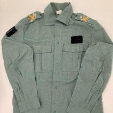 Militaria: CAMISA MILITAR LEGIONARIA - LEGIÓN SARGA. HOMBRERAS ESCUDO BORDADO. MANGA LARGA - TALLA 38. Lote 224872381