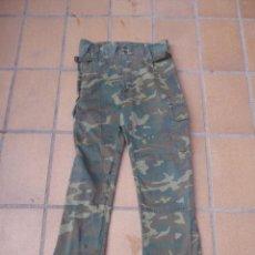 Militaria: PANTALÓN M-82 CAMUFLAJE BOSCOSO DEL EJÉRCITO ESPAÑOL. TALLA 42 LORCA 1988. Lote 236992715
