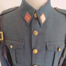 Militaria: ANTIGUO UNIFORME DE GUARDIA CIVIL CON CUELLO CERRADO. CORREAJE DE SERVICIO Y PISTOLERA.. Lote 276691203