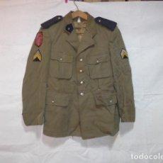 Militaria: ANTIGUA GUERRERA DE UNIFORME FRANCES, ORIGINAL. CON SUS PARCHES DE ORIGEN. 1971. FRANCIA. FRANCESA.. Lote 117280655
