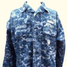 Militaria: US NAVY. CHAQUETA PIXELADA AZUL DE UNIFORME DE FAENA CON DIFERENTES PARCHES.. Lote 185724537