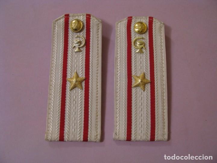 HOMBRERAS DEL MAYOR MEDICO DEL EJERCITO SOVIÉTICO. CAMISA DE GALA. (Militar - Uniformes Extranjeros )